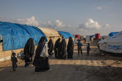Mujeres y niños extranjeros en el campamento Al Hol en Siria oriental. La mayoría de los países están poco dispuestos a recibir de regreso a sus ciudadanos que se unieron al Estado Islámico, pero dejarlos en el campamento implica otros peligros. (Ivor Prickett/The New York Times)