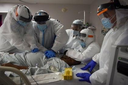 El doctor Joseph Varon, director médico del United Memorial Medical Center (UMMC) y un equipo de trabajadores de la salud realizan RCP en un paciente con COVID-19 en Houston, Texas (Reuters)