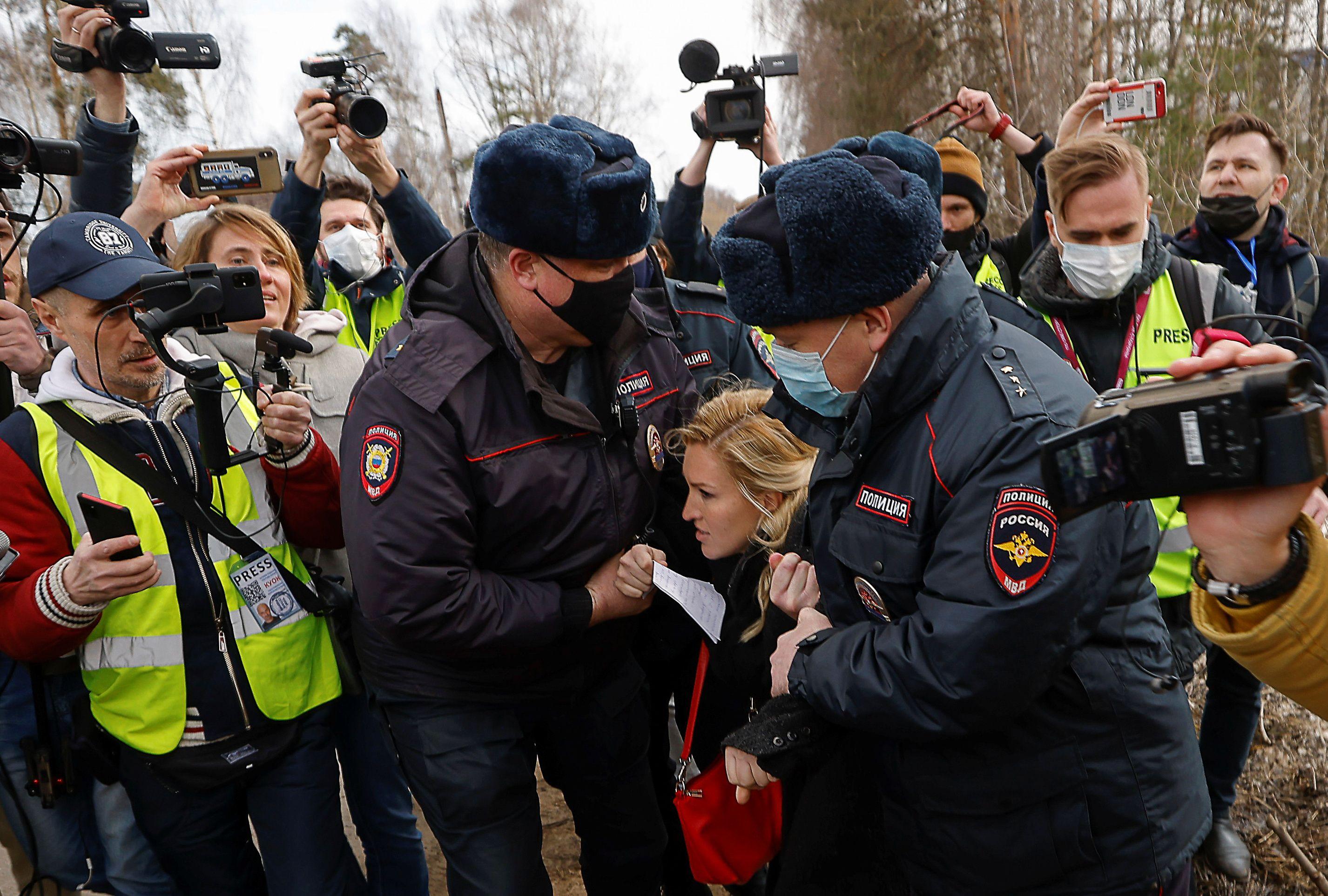El momento de la detención de Anastasiya Vasilyeva (REUTERS/Maxim Shemetov)