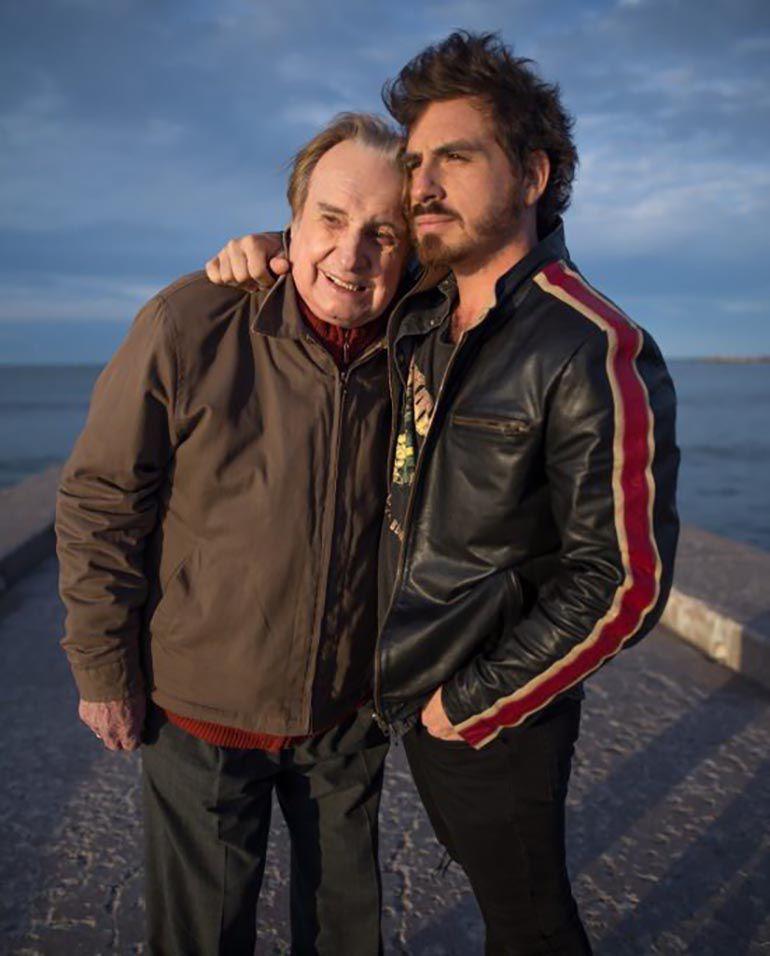 Fede junto a su padre, Santiago, en el film Rumbo al Mar