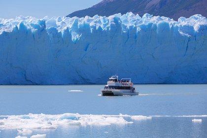 Navegación lacustre por el Lago Argentino, frente al Glaciar Perito Moreno, a 80 kilómetros de El Calafate.