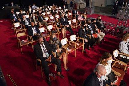 Los espectadores del debate cumpliendo las notas de seguridad