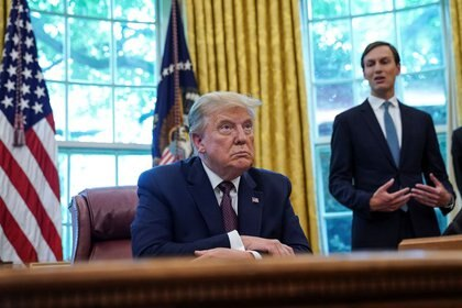 Foto de archivo ilustrativa del Presidente de EEUU, Donald President Trump, y su yerno y asesor Jared Kushner en el Salón Oval de la Casa Blanca.  Sep 11, 2020. REUTERS/Kevin Lamarque