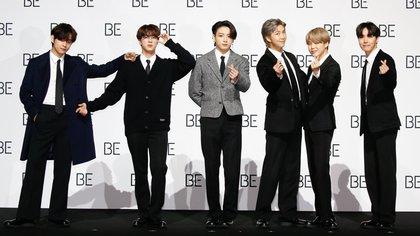"""Los miembros de la banda surcoreana Bangtan Boys, BTS, V (i), Jin (2-i), Jung Kook (3-i), RM (3-d), Jimin (2-d) y J-hope (d), en el lanzamiento de su álbum en Dongdaemun Design Plaza (DDP) en Seúl, Corea del Sur, """"BE"""", Deluxe Edition el 20 de noviembre de 2020 Foto: EFE/EPA/KIM HEE-CHUL"""