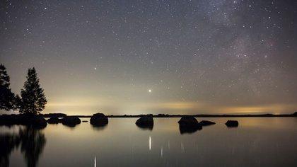 Los tres planetas aparecerán a baja altura en el horizonte, por lo que se recomienda evitar montañas o infraestructuras que entorpezcan la observación, y contar con una visión despejada del paisaje (Foto: IBL/Shutterstock)