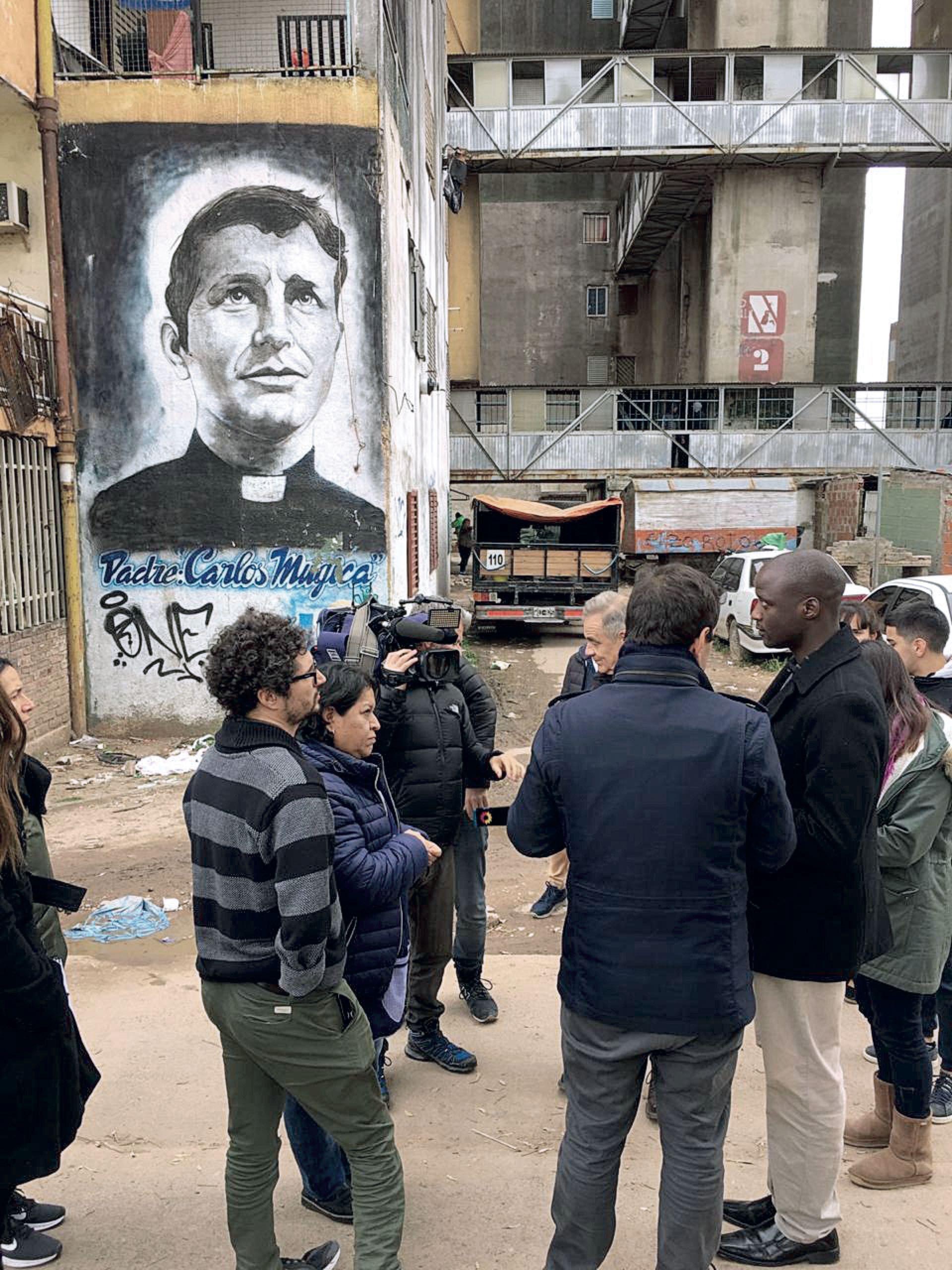 Peter Tabichi recorrió el barrio Ejército de los Andes junto a Agustín Porres y jóvenes de la Fundaicón Franciscana que trabaja en el lugar.