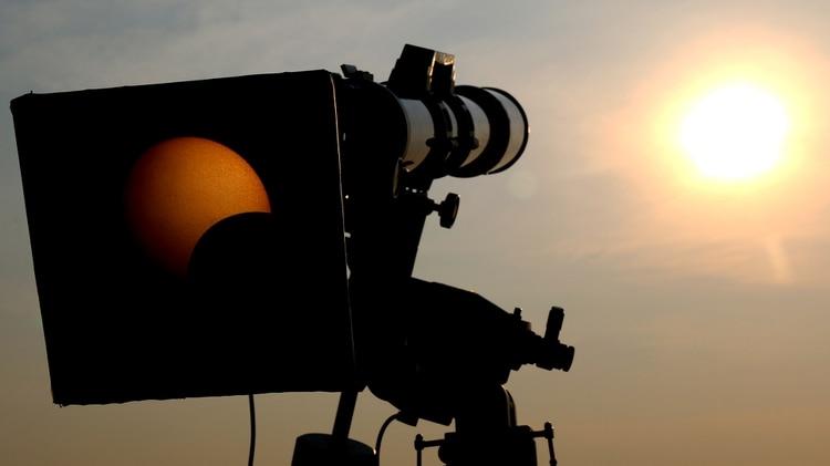 Se puede observar también mediante filtros especiales colocados en telescopios o lentes de cámara profesionales (iStock)