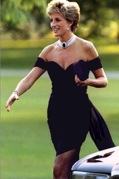 En 1994, la princesa Diana conquistó las complejas portadas de los tabloides británicos con su prenda más icónica. (Foto: Archivo)