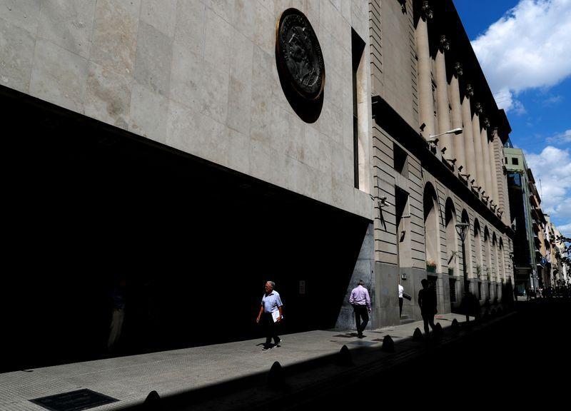 FOTO DE ARCHIVO: Peatones caminan frente a la fachada de la Bolsa de Comercio de Buenos Aires, en Buenos Aires, Argentina 26 febrero, 2020. REUTERS/Agustin Marcarian