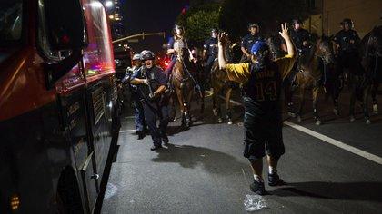 76 personas fueron detenidas por las autoridades (AP Photo/Jintak Han)