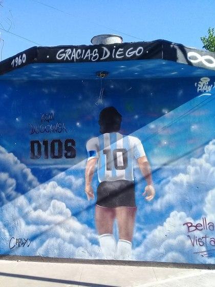 """Mural en una esquina con la frase """"Aquí descansa D10S""""."""