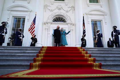 Joe y Jill Biden saludan desde la entrada de la Casa Blanca. Foto: REUTERS/Tom Brenner