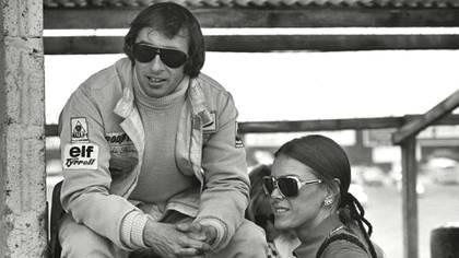 Gran Premio de Inglaterra de 1972, Jackie Stewart junto a Helen, en una postal habitual en los circuitos de la época.