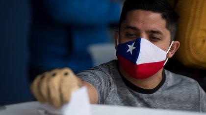"""Las claves de las """"mega elecciones"""" en las que Chile elegirá concejales, alcaldes, gobernadores y convencionales constituyentes"""