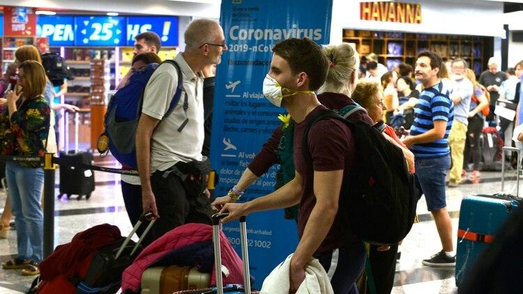 Un viajero con barbijo en el aeropuerto de Ezeiza, Argentina