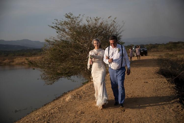 María Fernanda Vera es acompañada por su padre Ricardo Veraen una ceremoniarara en el contexto venezolano