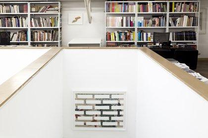 """En primer plano otra obra de """"shunga"""", el arte erótico japonés, y detrás, entre las bibliotecas, una acuarela"""