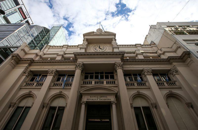 El problema que todavía le queda pendiente por resolver a Economía y al Banco Central, y que puede generar una disparada del tipo de cambio y de los precios, es la caída estacional en la demanda por moneda (Reuters)