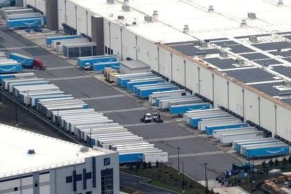Camiones de Amazon en un depósito en Staten Island, Nueva York.  (REUTERS/Mike Segar/File Photo)