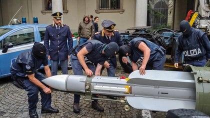 La Polizia di Stato de Turín, muestra un misil aire-aire, que formaba parte de un gran arsenal que fue confiscado a un grupo extremista de ultraderecha italiano en julio del año pasado. (Polizia di Stato / AFP)