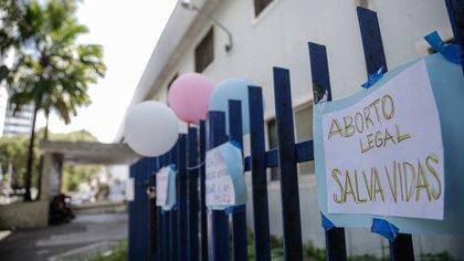 El 18 de agosto manifestantes que defendieron el derecho de la niña de 10 años a acceder al aborto legal colgaron letreros en la fachada del Centro Integrado de Salud Amaury de Medeiros (CISAM) de Recife, una clínica materna pública de referencia en el país para procedimientos de interrupción de embarazo en casos de abuso sexual. EFE/DIEGO NIGRO