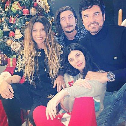Mónica Ayos junto a Diego Olivera y sus hijos Victoria y Federico
