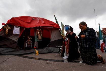 FRENAAA protagonizó un campamento contra AMLO que se caracterizó por que las casas de campaña se las llevó el viento y hubo rezos para que el presidente renunciara (Foto: EFE)