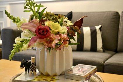 En el living lo ideal es contar con tres puntos verdes: uno sobre la mesa principal y otros dos, colocados sobre un mueble auxiliar o hall de entrada