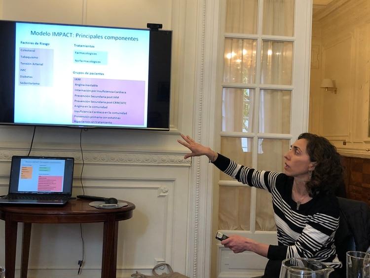 La doctora Jimena Vicens, epidemióloga, co-autora del Estudio IMPACT, muestra los resultados a periodistas