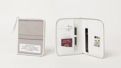 Porta pasaporte también hechos con los bolsones y detalles de cuero