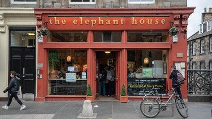 J.K. Rowling escribió la serie Harry Potter en varios lugares, pero quizás el más famoso es el café The Elephant House en Edimburgo, Escocia
