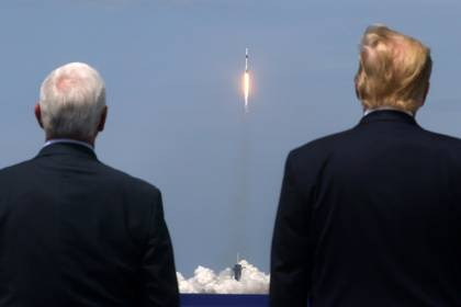 El presidente de EEUU, Donald Trump y el vicepresidente Mike Pence observan el despegue del cohete en Florida, U.S.  May 30, 2020. REUTERS/Jonathan Ernst