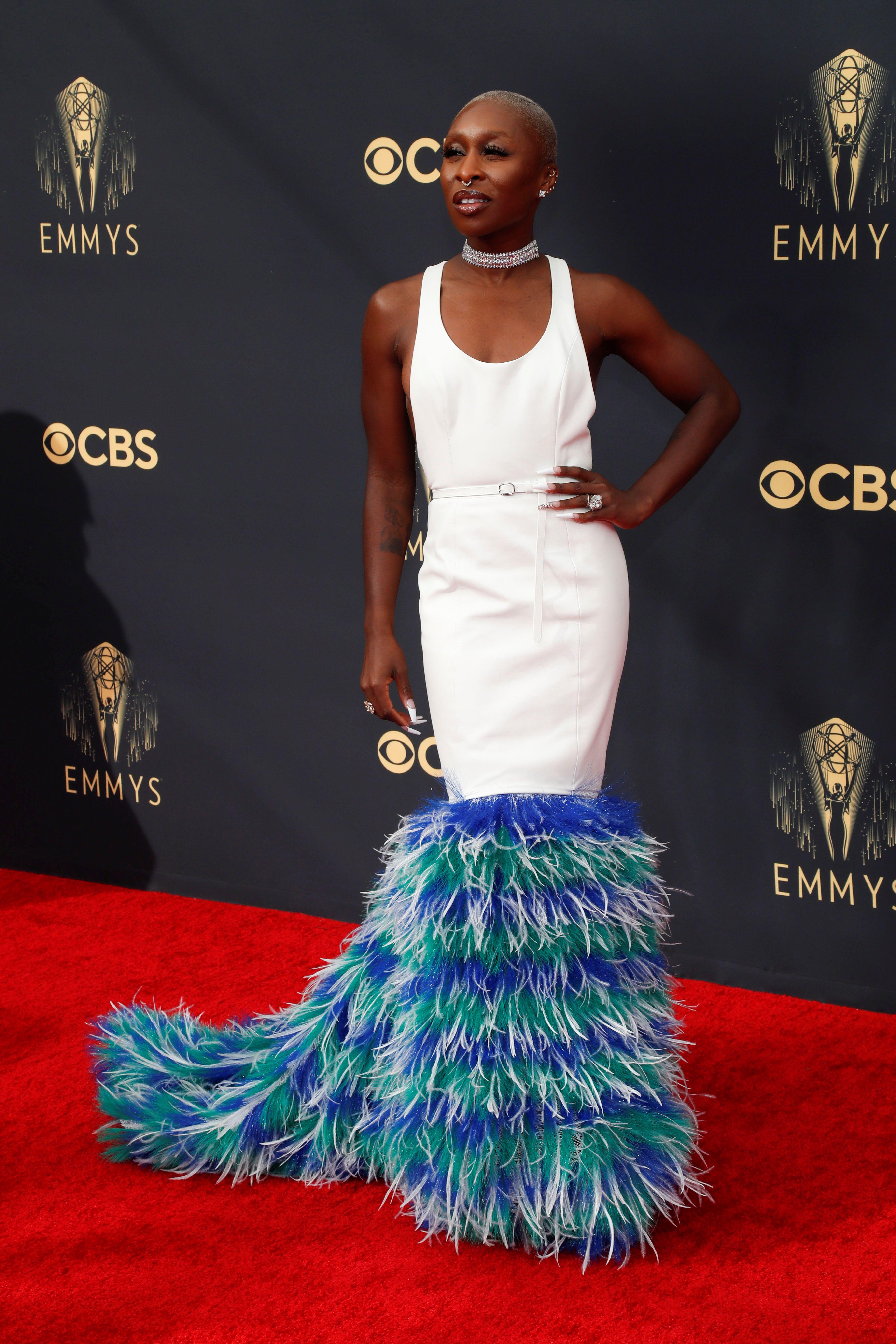 """Cynthia Erivo - Para Maureene Dinar, """"optó por un vestido que me parece espantoso, porque es una lycra pegada más allá que se usen las plumas esos colores y prenda. Además, demodé la manera de demostrar que la moda sólo la puede manejarla expertos en ella"""""""