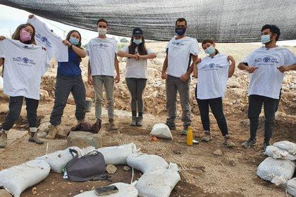 Estudiantes del programa preparatorio pre-militar de Hanaton que participaron de las excavaciones (Fotografía: Einat Ambar-Armon, Autoridad de Antigüedades de Israel)