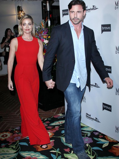 """Denise Richards y Aaron Phypers en una fiesta del reality """"The Real Housewives Of Beverly Hills"""" (Shutterstock)"""
