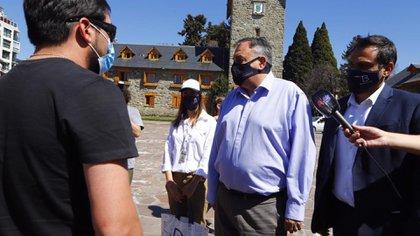 """El Intendente y el secretario de Turismo de Bariloche recibiendo turistas en el tradicional """"Centro Cívico"""""""