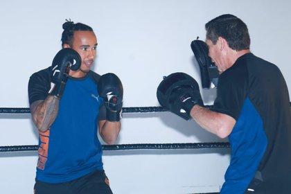 Lewis Hamilton entrenando boxeo con Julio César Chávez