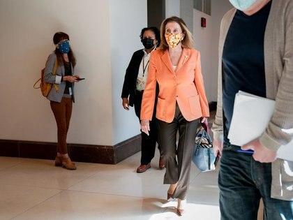 FOTO DE ARCHIVO: La presidenta de la Cámara de Representantes de Estados Unidos, Nancy Pelosi, sale de una conferencia de prensa en el Capitolio en Washington, Estados Unidos. 8 de octubre de 2020. REUTERS/Erin Scott/
