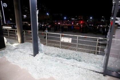 Cristales rotos en el edificio de Bright Castle Motors tras el disparo de cohetes cerca del aeropuerto de Erbil (REUTERS/Azad Lashkari)