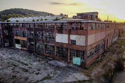 Un edificio abandonado en la antigua fábrica VEB de Alemania Occidental, donde se construían autos BMW y Wartburg, en Eisenach, en el este de Alemania, el 22 de septiembre de  2020. (AP Foto/Michael Probst)