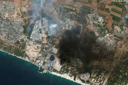 Una vista de satélite muestra una descripción general de Ashkelon y los tanques de almacenamiento en llamas en el sur de Israel.   Satellite image 2021 Maxar Technologies/Handout via REUTERS