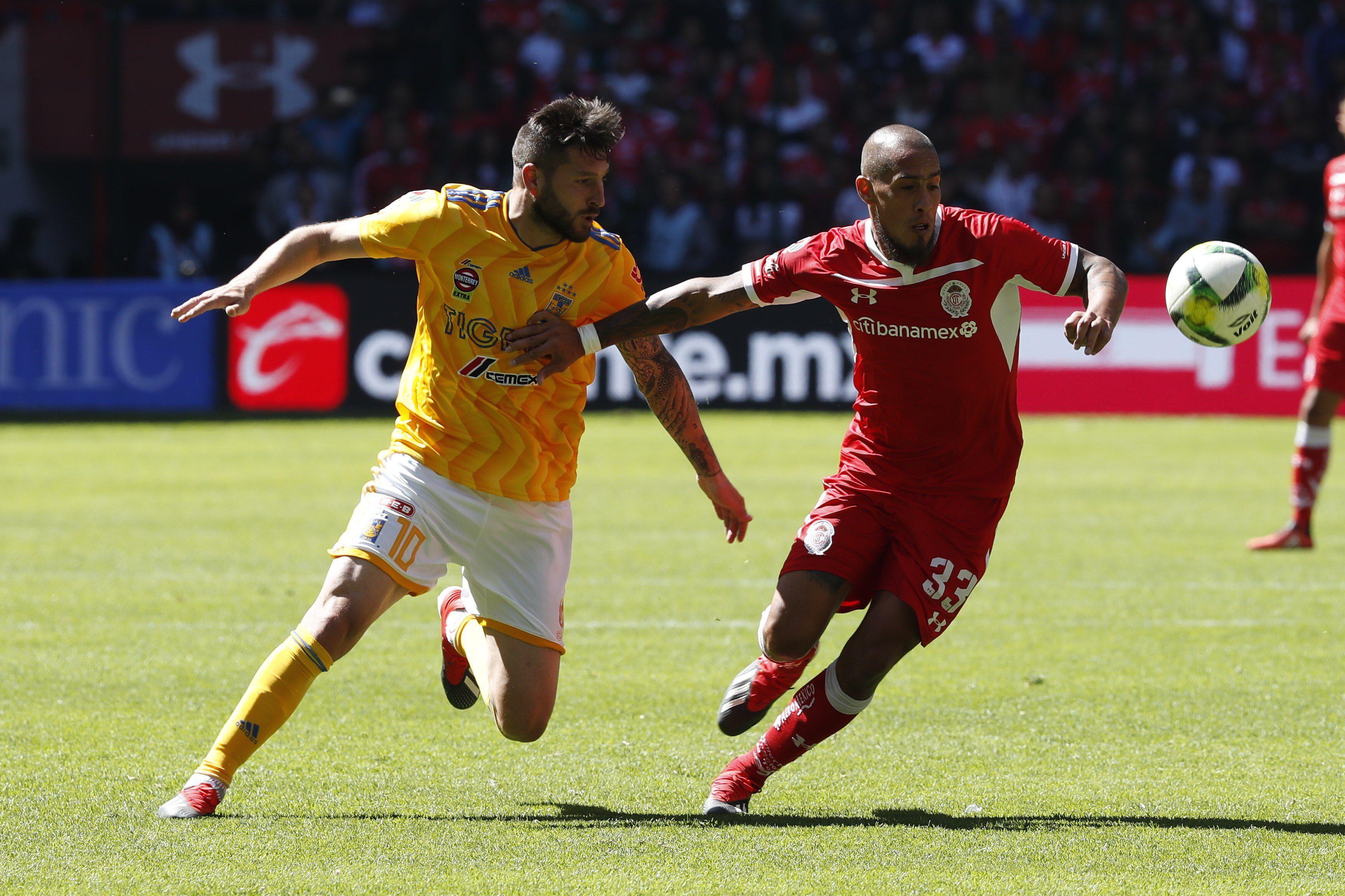 Maidana marca a Gignac con la casaca del Toluca: allí disputó 35 partidos y convirtió dos goles (EFE/ Emiliano González)