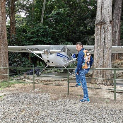 Nicolás Escobar con la que afirma es la avioneta original que estaba en la Hacienda Nápoles, la cual fue usada para
