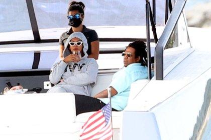 Beyoncé y Jay Z disfrutaron de un paseo en una embarcación, en Los Hamptons, Nueva York. La cantante disfrutó de una copa de vino, acompañada por sus familiares e hijos (Foto: Splash News/The Grosby Group)