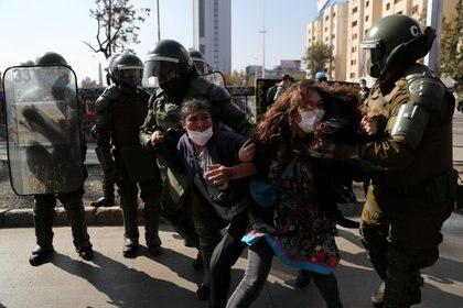 Apenas minutos después de que iniciara la concentración por el Primero de Mayo, un gran contingente policial irrumpió en las inmediaciones de la plaza lanzando agua y gas pimienta (REUTERS/Ivan Alvarado)