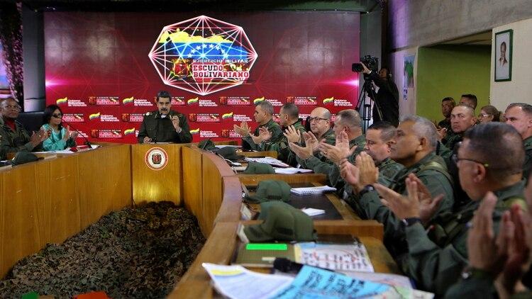 Nicolás Maduro con parte de la cúpula militar (MARCELO GARCIA / Presidencia de Venezuela / AFP)