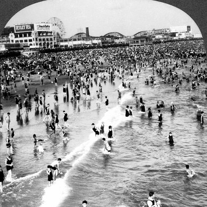 Como si la gripe nunca hubiera existido, en la década de 1920 la gente se lanzó masivamente a los espacios públicos (Granger/Shutterstock)
