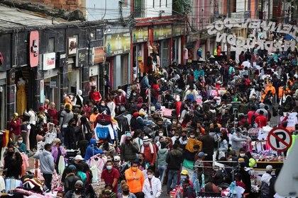 Foto de archivo ilustrativa de una multitud caminando por una calle comercial de San Victorino, en Bogotá.  Dic 5, 2020. REUTERS/Luisa Gonzalez