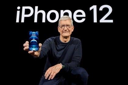 Le PDG d'Apple, Tim Cook, avec le nouveau modèle