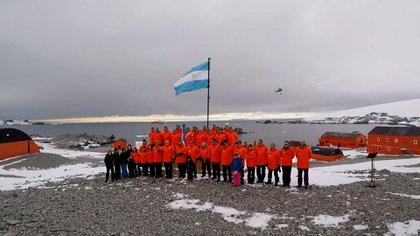 Para el evitar los contagios en el continente blanco, el Ministerio de Defensa decidió suspender el viaje a la base antártica de los familiares de los integrantes de la dotación que cumple allí funciones durante un año.